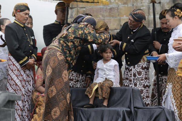 Ritual Cukur Rambut Gimbal Sedot Perhatian Wisatawan