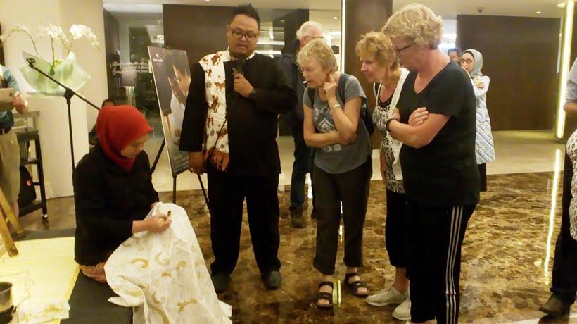 Turis Belajar Membatik di Hotel Santika Premiere Slipi Jakarta