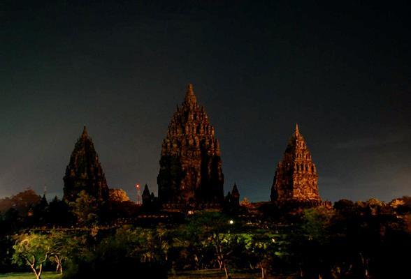 Candi Prambanan dan Borobudur Berpartisipasi Pada Earth Hour Indonesia 2016