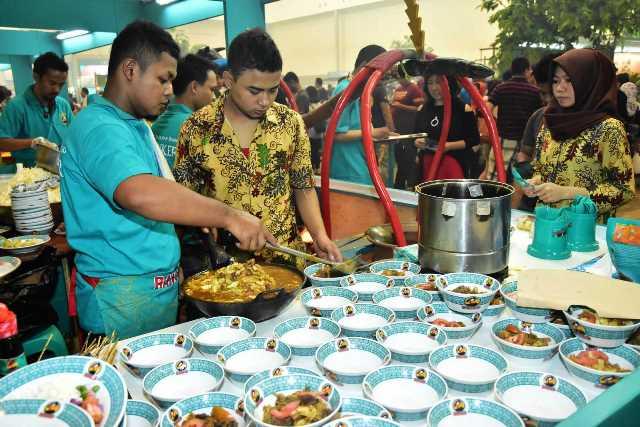 Pecinta kuliner dari wilayah09Tangerang dan sekitarnya sejak pagi sudah memadati area FJB 2017 2 rz