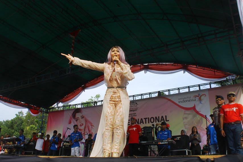 Cross Border Music Festival Mengoyang Masyarakat Kabupaten Kapus Hulu