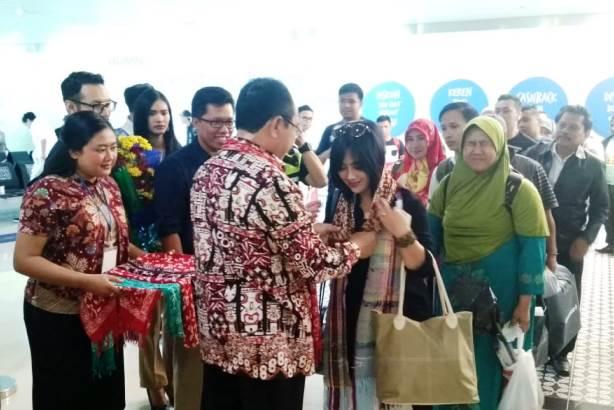 Wakil Bupati Kulonprogo Sutedja Memberikan Syal kepada Penumpang Pertama Lion Air UPG YIA UPG 1