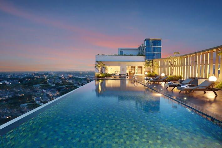 Swiss Belhotel 10k kamar Hotel Ciputra Cibubur Pool