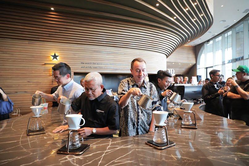 Peresmian Starbucks Reserve Medan Ditandai dengan Penyeduhan Kopi dengan Teknik Pour Over