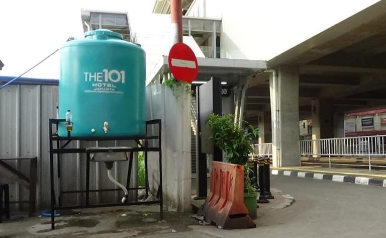 003 Wastafel Portabel oleh THE 1O1 Jakarta Sedayu Darmawangsa