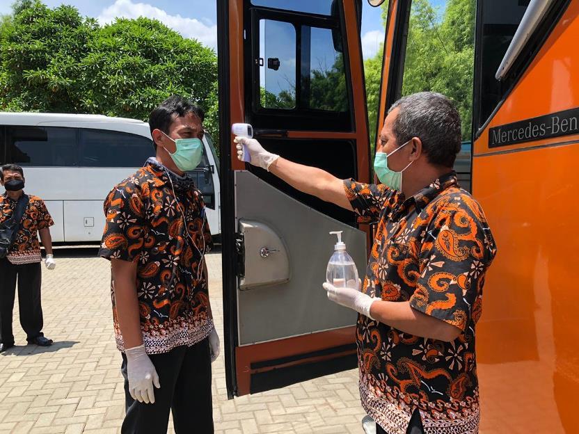 04 Kru bus melakukan pengecekan suhu tubuh