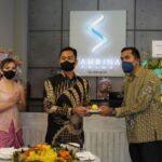 Penyerahan Tumpeng dari owner Pak Johan Siauw kepada Hotel Manager Bapak Yusrizal